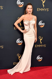 Sofia Vergara was in curve-flaunting mode (as always) in this champagne Atelier Versace one-shoulder gown with peekaboo detailing during the Emmy Awards.