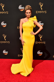 Keltie Knight was pure elegance at the Emmys in a yellow Jovani one-shoulder gown with sculptural detailing.