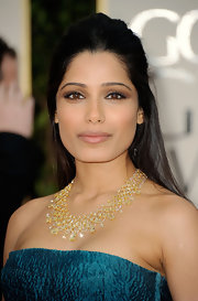 Freida Pinto wore a spectacular yellow diamond bib necklace featuring 145 carats of pear, square and briolette cut yellow diamonds at the 69th Annual Golden Globe Awards.