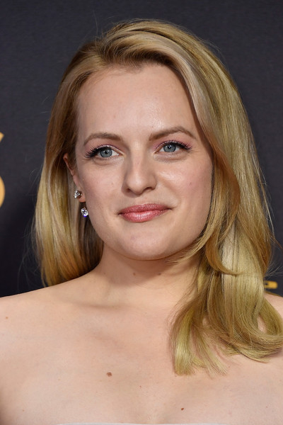 Elisabeth Moss looked sweet with her bouncy, flippy 'do at the 2017 Emmys.
