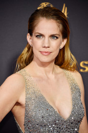 Anna Chlumsky wore her hair loose with the sides tucked behind her ears during the 2017 Emmys.