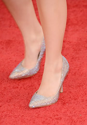Kelly Osbourne slipped into a pair of crystal-studded pumps before taking a turn on the Golden Globes red carpet.