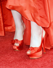 Zooey Deschanel matched her Golden Globes gown to her red satin peep-toe pumps.