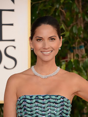 Olivia Munn paired her Golden Globes gown with a diamond collar necklace.