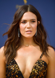 Mandy Moore framed her face with boho-glam waves for the 2018 Emmys.