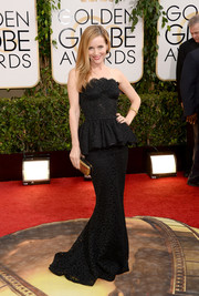 Leslie Mann glammed it up in a strapless black peplum gown by Dolce & Gabbana at the Golden Globes.