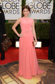 Sarah Hyland chose a simple yet enchanting sleeveless pink gown by Georges Hobeika for the Golden Globes.