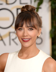 Rashida Jones finished off her look in fun style with a top knot and wispy bangs when she attended the Golden Globes.