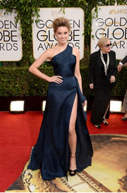 Amber Heard sizzled in a navy Atelier Versace one-shoulder gown with a hip-grazing slit during the Golden Globes.