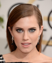 Allison Williams wore an edgy-chic side-parted straight 'do during the Golden Globes.