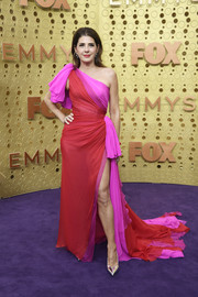 Marisa Tomei looked striking in a color-block one-shoulder gown by Ralph & Russo Couture at the 2019 Emmy Awards.
