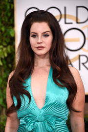 Lana Del Rey brought a '60s punch to the Golden Globes red carpet with this teased hairstyle.