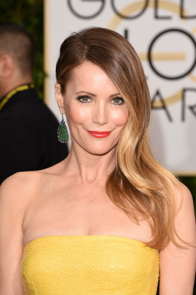 Leslie Mann attended the Golden Globes wearing her hair with just a hint of wave and swept to one side.