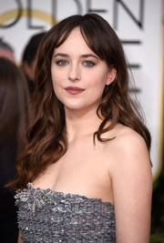 Dakota Johnson kept it on the casual side with this wavy 'do with center-parted bangs at the Golden Globes.