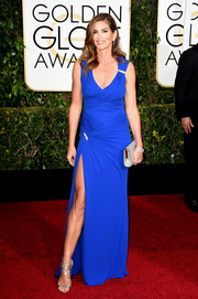 Cindy Crawford flaunted her forever-sexy figure in an electric-blue Versace gown, featuring crisscross ruching and a dizzylingly high slit, at the Golden Globes.