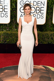 Maria Menounos put her fab figure on display in a cleavage-flaunting off-white mermaid gown by Roland Mouret at the Golden Globes.