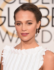 Alicia Vikander kept her Golden Globes makeup subtle with gold and bronze eyeshadow.