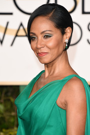 Jada Pinkett Smith played off her gorgeous gown with green metallic eyeshadow at the 2016 Golden Globes.