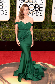 Keltie Knight looked absolutely divine in a figure-flaunting emerald-green off-the-shoulder gown by Walter Collection at the Golden Globes.