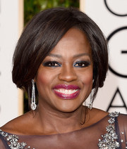 Viola Davis amped up the glamour with a pop of metallic navy blue shadow at the 2016 Golden Globes.