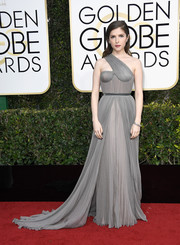 Anna Kendrick donned a pleated gray one-shoulder gown by Vionnet for the Golden Globes.