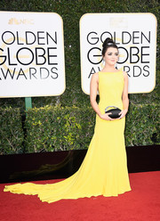 Maisie Williams was hard to miss in her flowing yellow fishtail gown at the Golden Globes.