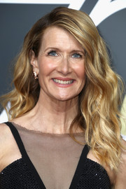Laura Dern was gorgeously coiffed with beachy waves at the 2018 Golden Globes.