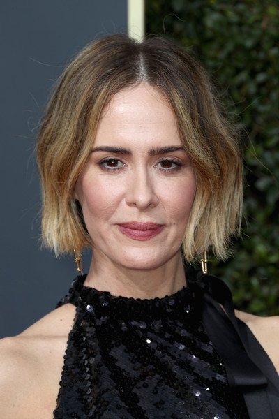 Sarah Paulson framed her face with a short, center-parted wavy 'do for the 2018 Golden Globes.