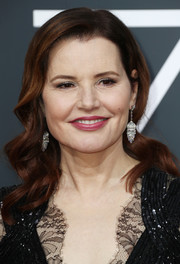 Geena Davis showed off a vintage-inspired wavy 'do at the 2018 Golden Globes.