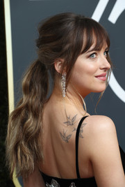 Dakota Johnson looked romantic wearing this loose, wavy ponytail at the 2018 Golden Globes.
