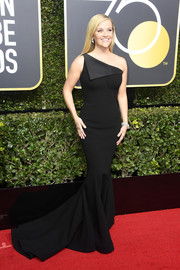 Reese Witherspoon was all curves in a one-shoulder black mermaid gown by Zac Posen at the 2018 Golden Globes.