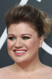 Kelly Clarkson styled her hair into a poofy bun for the 2018 Golden Globes.