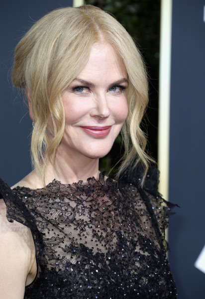 Nicole Kidman looked sweet with her loose bun and face-framing tendrils at the 2018 Golden Globes.