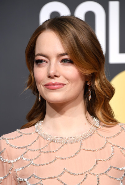 Emma Stone looked sweet and pretty with her loose waves at the 2019 Golden Globes.