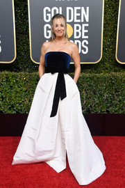 Kaley Cuoco kept it simple yet elegant in a strapless two-tone gown by Monique Lhuillier at the 2019 Golden Globes.
