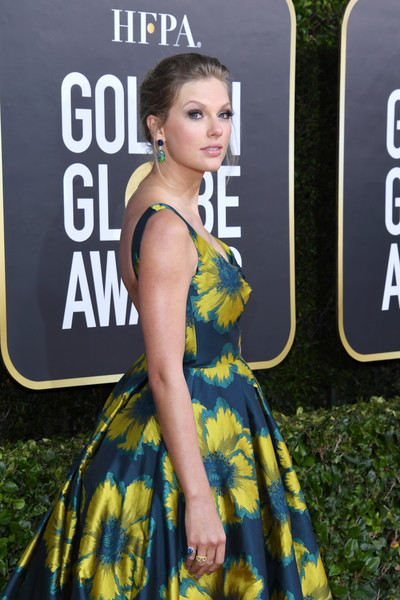 Taylor Swift showed off a dazzling pair of gemstone rings by Lorraine Schwartz at the 2020 Golden Globes.