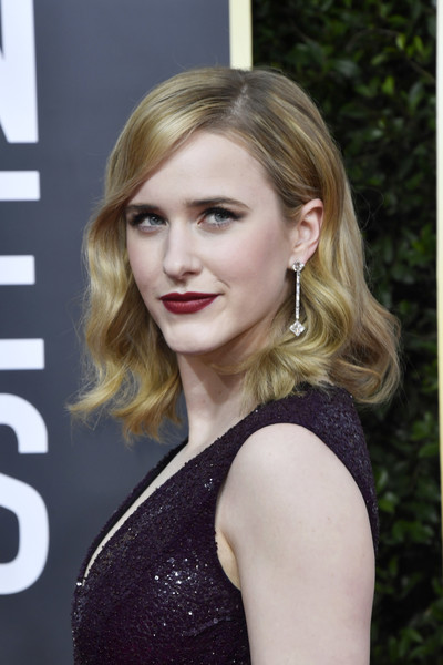 Rachel Brosnahan looked sweet with her shoulder-length waves at the 2020 Golden Globes.