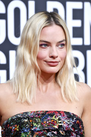 Margot Robbie stuck to her signature center-parted waves when she attended the 2020 Golden Globes.
