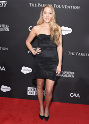 Colbie Caillat showed off her figure in a form-fitting strapless LBD at the Haiti Rising Gala.