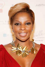 The queen of R&B Mary J came out to support a good cause looking as glamourous as ever. Her gold flower necklace was certainly an eye-catcher and looked amazing with her red dress.
