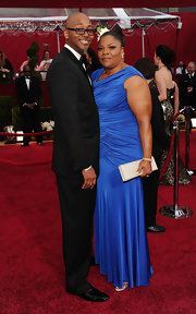 Academy Award winning Actress Mo'Nique looked super glamourous in her cobalt blue ruched dress. She added a nude buckled clutch to top off her look.
