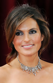 Mariska opted for a navy smoky eye at the 2010 Academy Awards. Her eyes were accentuated with black liner.