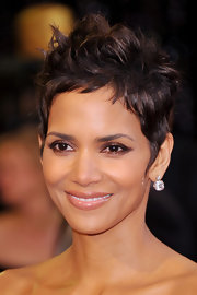 Halle Berry wore smoldering brown shadow to the Academy Awards, but still managed to look naturally stunning!