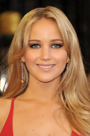 Jennifer Lawrence added sizzling touch to her look with brown smoky shadow. Nude lip gloss completed her winning look.