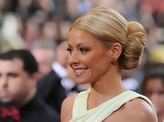Kelly Ripa wore her hair tightly pulled back into a voluminous bun at the 84th Annual Academy Awards.