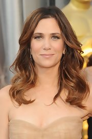 Kristen Wiig wore an ultra-pale warm beige lipstick at the 2012 Academy Awards.