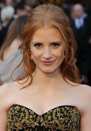 Jessica Chastain attended the 84th Annual Academy Awards wearing her hair in a lovely voluminous half-up, half-down style with soft face-framing strands.