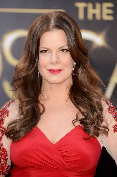Marcia Gay Harden looked beautiful as she stepped out at the 2013 Oscar Awards with her bouncy waves styled in feathered flip.