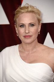 Patricia Arquette wore her hair in a simple, mildly messy updo at the Oscars.