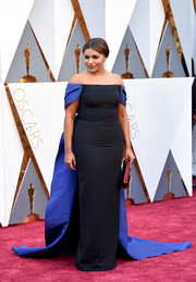 Mindy Kaling looked like royalty in an Elizabeth Kennedy two-tone off-the-shoulder gown with a watteau train during the Oscars.